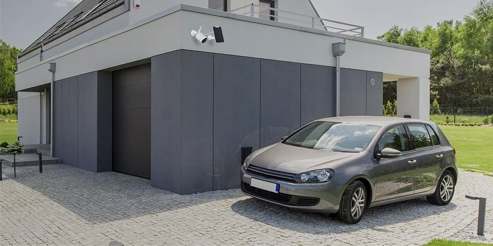 Kabellose Kamera mit Solarpanel in der Garage