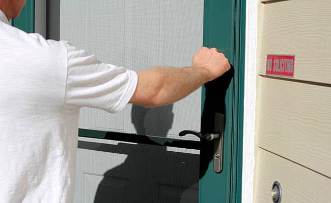 An der Tür klopfen